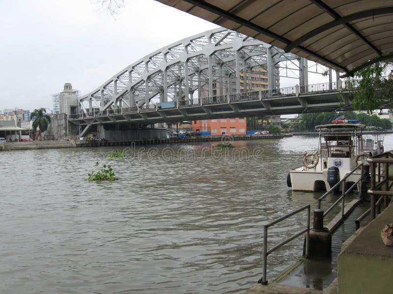 Punto di vista del Manuel L ponte commemorativo di Quezon, Manila, Filippine fotografie stock