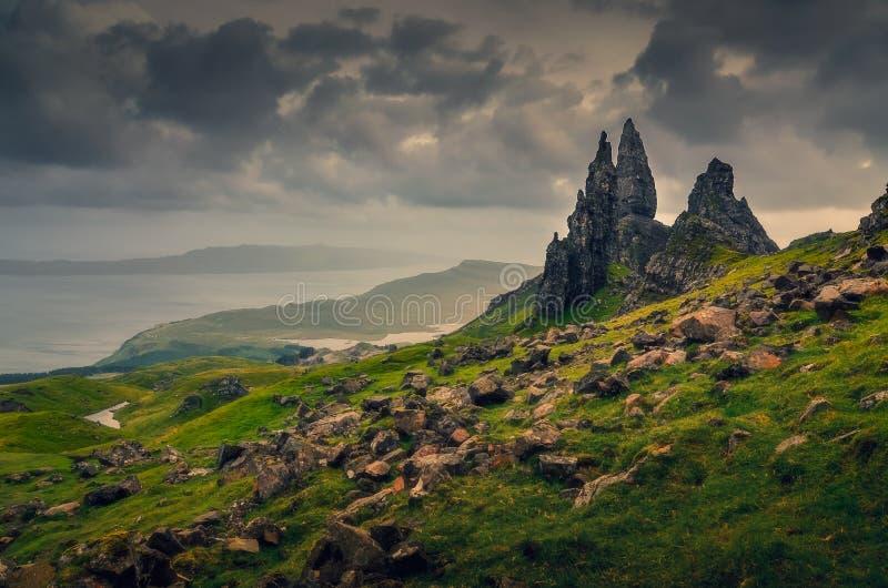Punto di vista del paesaggio dell'uomo anziano di formazione rocciosa di Storr, nuvole drammatiche, Scozia immagine stock libera da diritti