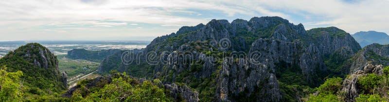 Punto di vista del paesaggio della catena montuosa di Khao Dang Viewpoint, parco di Sam Roi Yod National, provincia di Phra Chaup immagini stock libere da diritti