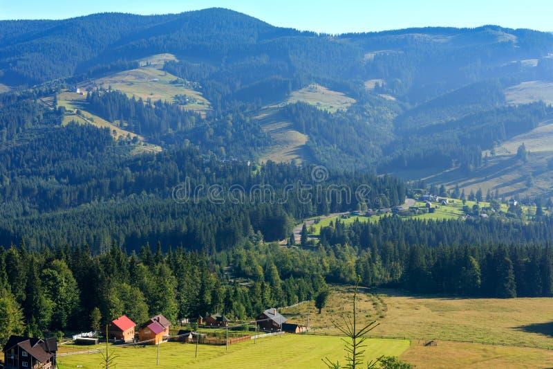 Punto di vista del paese della montagna di estate (carpatico, Ucraina) fotografie stock