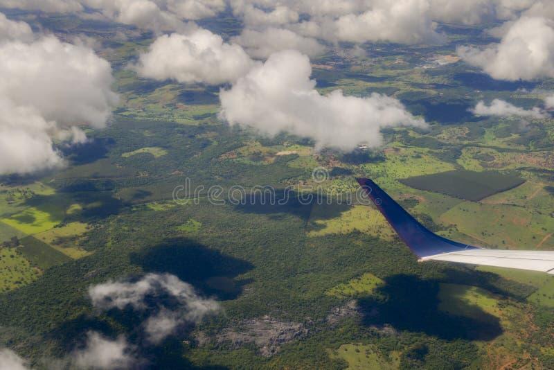 Punto di vista del passeggero dell'aeroplano che esamina topografia di Minas Gerais fotografie stock