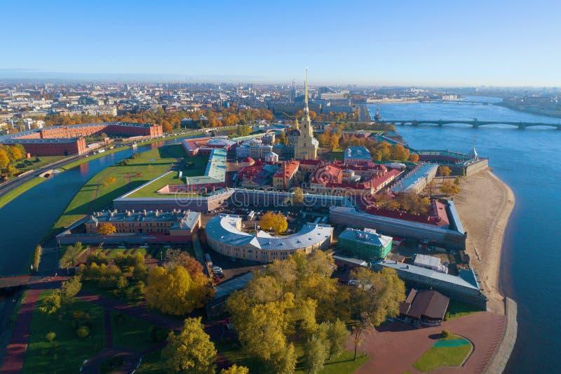 Punto di vista del Peter e di Paul Fortress, rilevamento aereo di giorno di ottobre St Petersburg, Russia fotografia stock