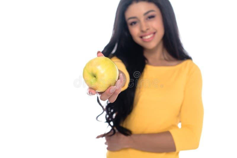 punto di vista del primo piano di bella giovane donna afroamericana felice che tiene mela fresca e che sorride alla macchina foto fotografia stock libera da diritti