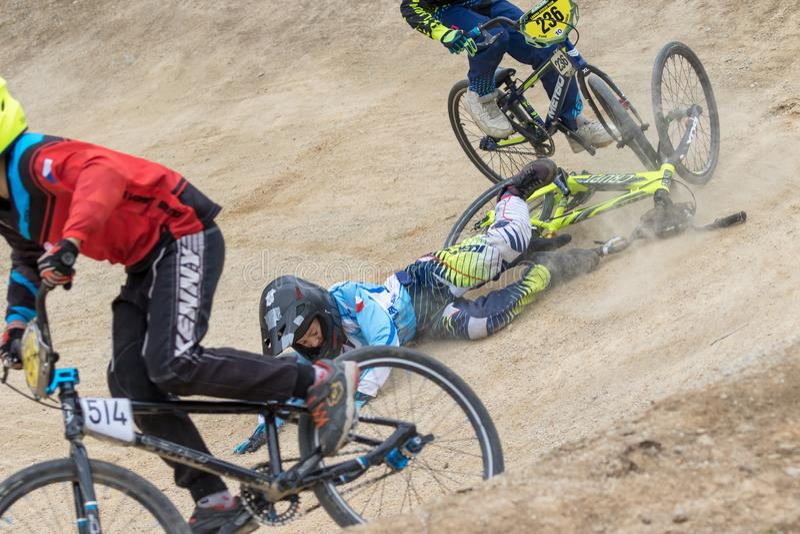 Punto di vista del primo piano del corridore giovane di caduta della bici fotografia stock