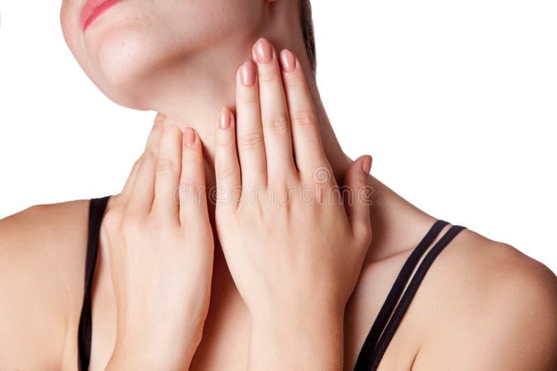 Punto di vista del primo piano di una giovane donna con dolore sul collo o sulla ghiandola tiroide fotografie stock
