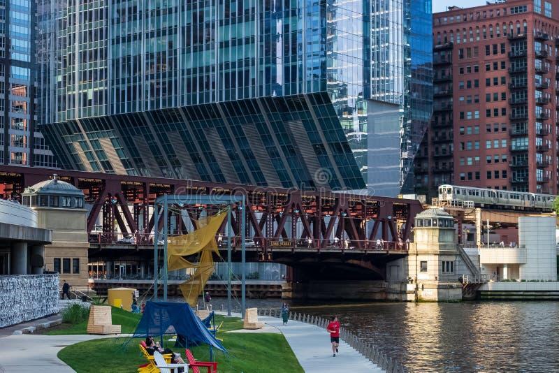 Punto di vista del riverwalk di Chicago dei pareggiatori/camminatori, dei cercatori di svago in sedie e dei pendolari sulla st de fotografie stock libere da diritti