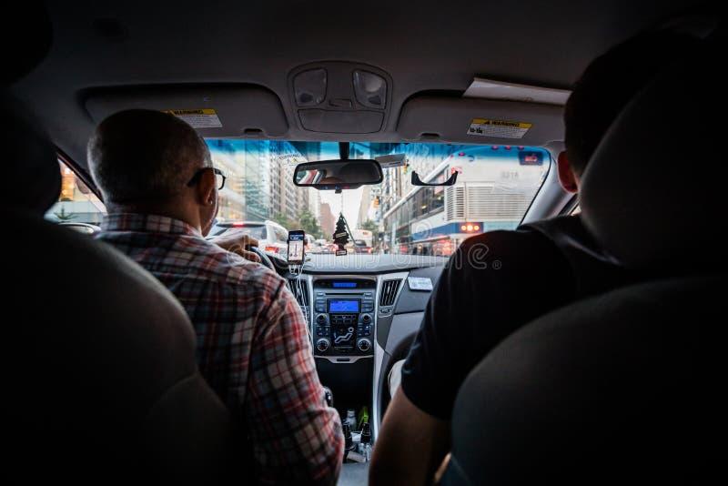Punto di vista del sedile posteriore di un passeggero che per mezzo di un taxi di Lyft per andare da Manha fotografia stock libera da diritti