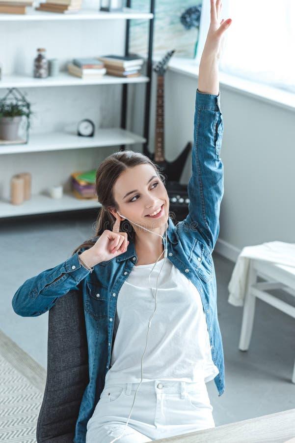 punto di vista dell'angolo alto dell'adolescente felice immagine stock libera da diritti