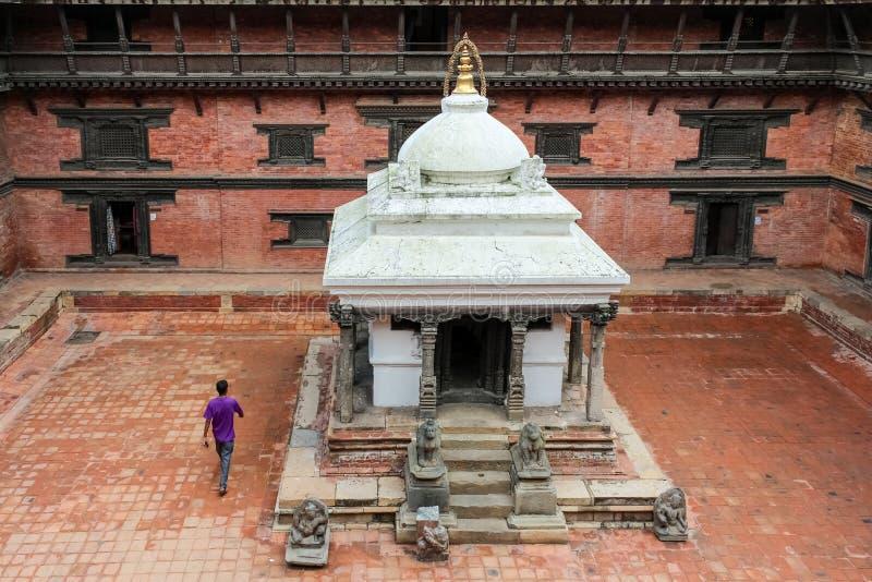 Punto di vista dell'angolo alto di Keshav Narayan Chowk in un cortile al museo di Patan, Nepal immagini stock