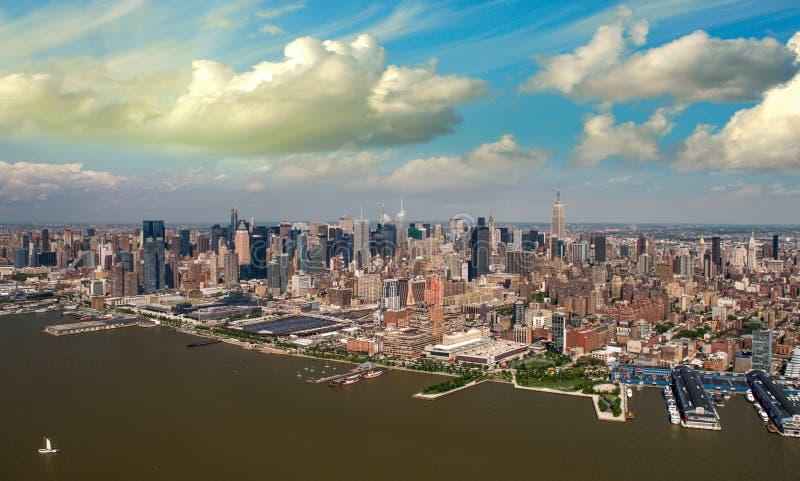Punto di vista dell'elicottero del Greenwich Village e di Chelsea al tramonto di estate - immagini stock