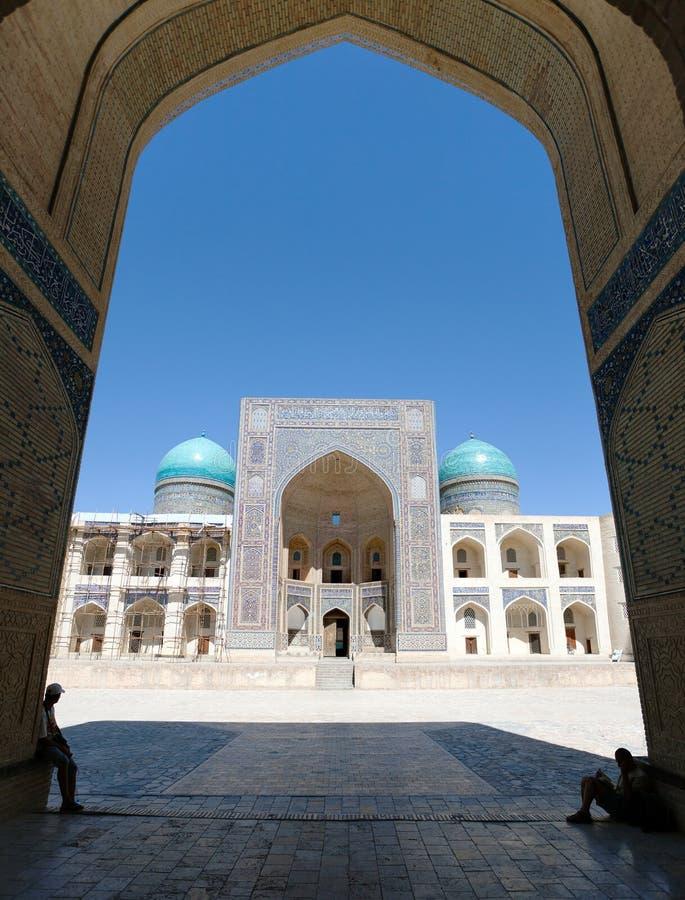 Punto di vista dell'MIR-io-arabo Medressa dalla moschea di Kalon - Buchara immagini stock