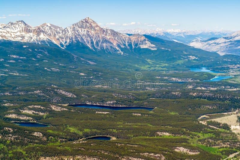Punto di vista dell'uccello dei laghi jasper dalla cima della montagna di Whistler - Canada fotografie stock libere da diritti