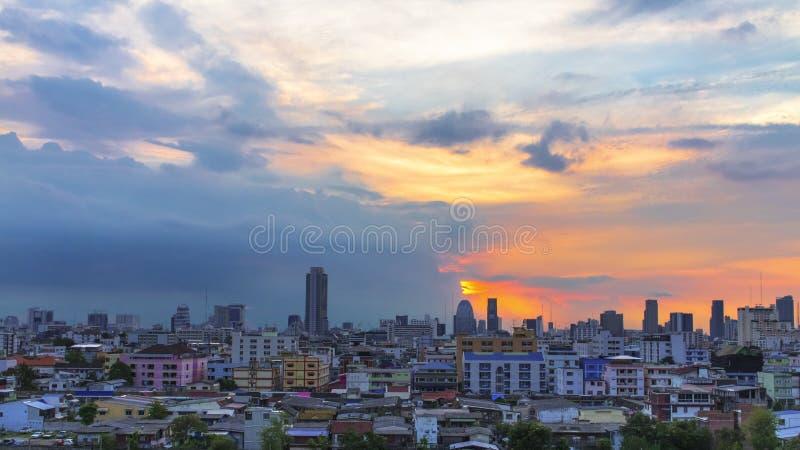 Punto di vista dell'uccello sopra la città con il tramonto e le nuvole nella sera fotografia stock