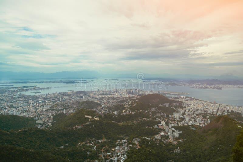 Punto di vista dell'uccello su Rio de Janeiro con il cielo nuvoloso immagini stock