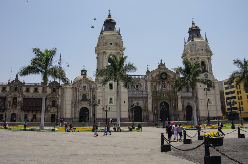 Punto di vista della chiesa della cattedrale e del sindaco della plaza del quadrato principale (FO fotografie stock