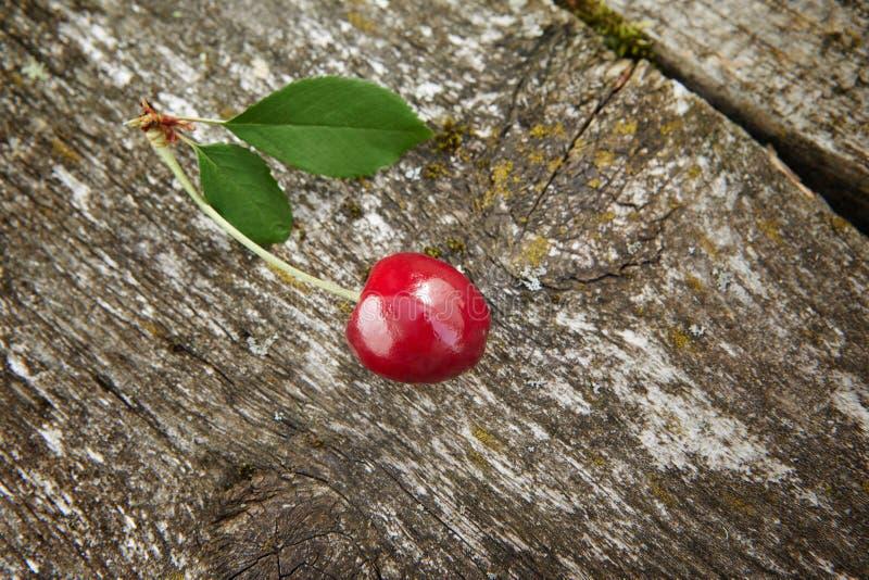 punto di vista della ciliegia fresca piacevole su fondo di legno immagini stock