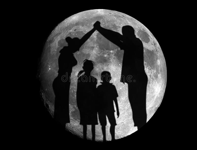 Punto di vista della famiglia spensierata divertendosi nell'eclissi della luna immagini stock