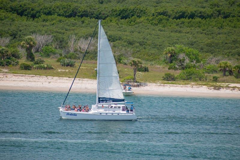 Punto di vista della gente che gode e che naviga sulla barca a vela dal faro 5 fotografie stock libere da diritti
