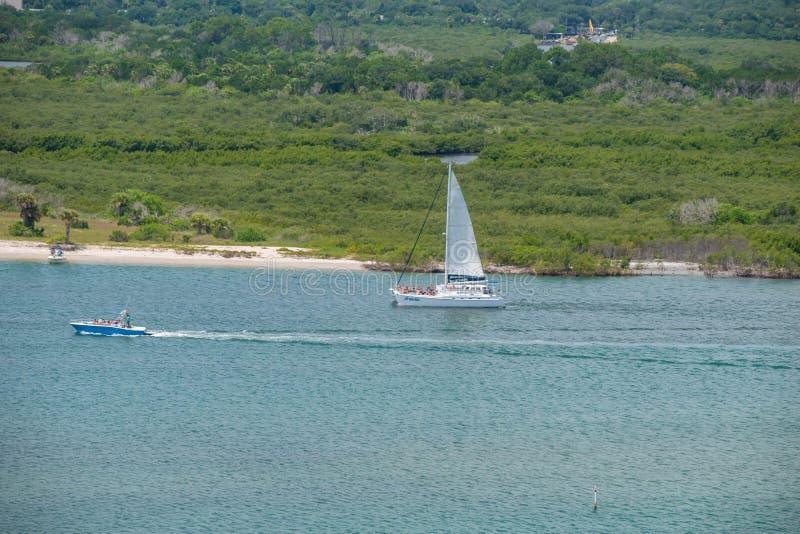 Punto di vista della gente che gode e che naviga sulla barca a vela dal faro 4 fotografia stock libera da diritti