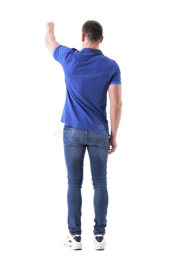 Punto di vista della parte dell'uomo adulto casuale che mostra modo o che spinge il bottone interattivo del touch screen con la m fotografia stock
