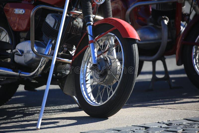Punto di vista della parte inferiore del motociclo ceco Jawa 350 un giorno soleggiato immagini stock