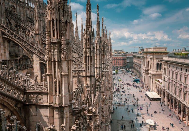 Punto di vista della Piazza del Duomo occupata dal rooft di Milan Cathedral fotografie stock
