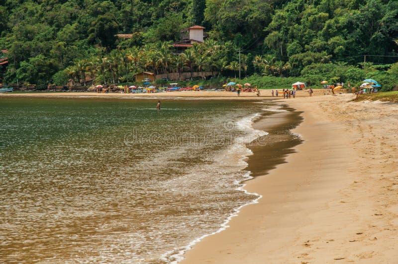 Punto di vista della spiaggia, del mare, della foresta e della gente in Paraty Mirim immagini stock libere da diritti