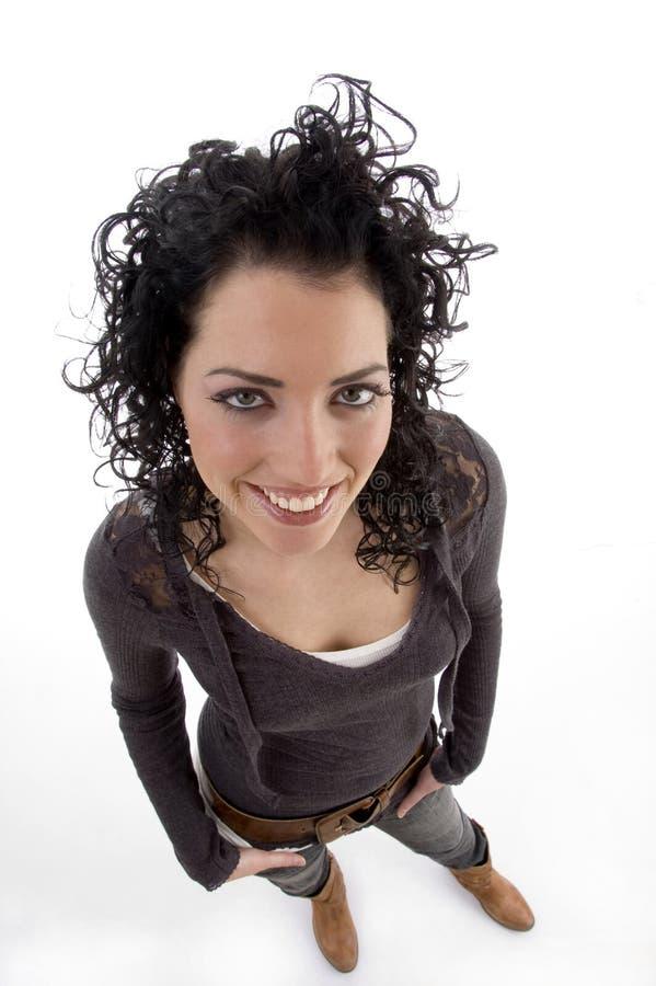 Punto di vista di alto angolo di bella donna sorridente immagine stock