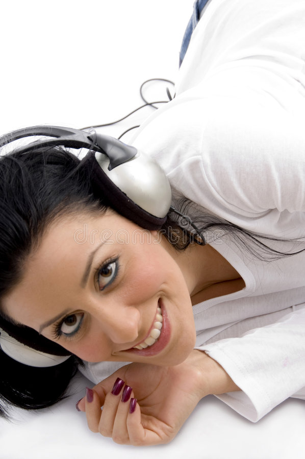 Punto di vista di angolo alto della donna sorridente che gode della musica fotografia stock libera da diritti