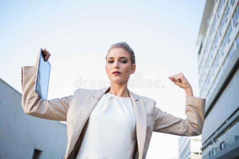 Punto di vista di angolo basso della donna di affari di classe seria che fa il GE di vittoria fotografia stock libera da diritti