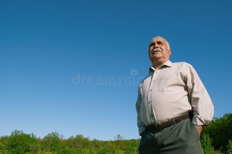 Punto di vista di angolo basso di un uomo senior di peso eccessivo fotografia stock libera da diritti
