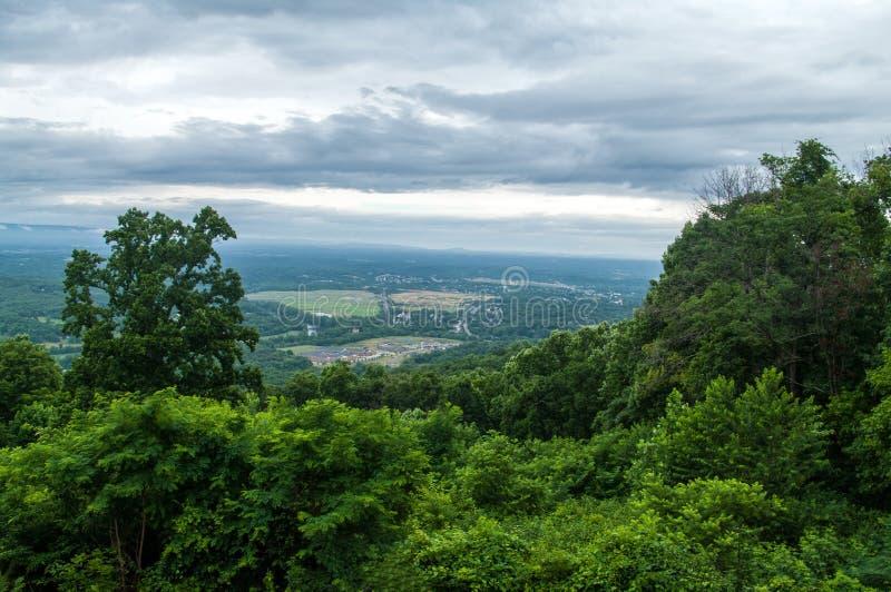 Punto di vista di Front Royal dalla strada panoramica di Shenanadoah immagini stock