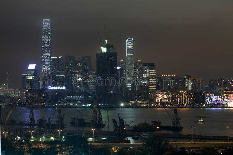 Punto di vista di Hong Kong di notte con i grattacieli illuminati immagini stock