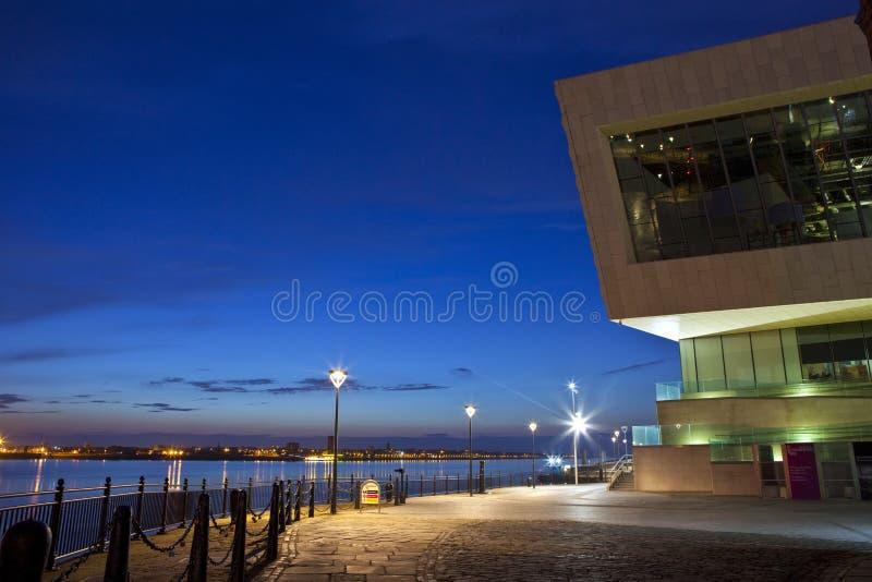 Punto di vista di Pier Head a Liverpool al crepuscolo fotografie stock libere da diritti