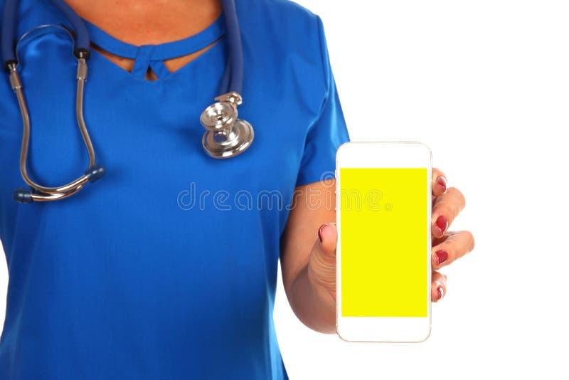 Punto di vista di un medico professionista che passa un isolato in bianco dello smartphone fotografia stock