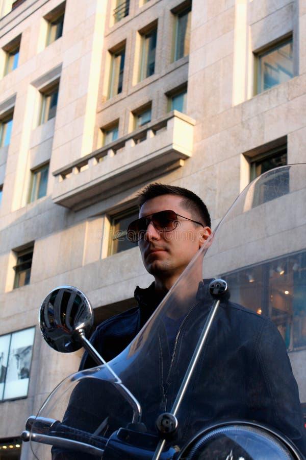 Punto di vista di un uomo sul motociclo con gli occhiali da sole fotografia stock