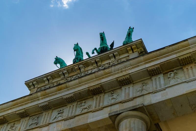 Punto di vista differente dei cavalli della porta di Brandeburgo sotto il sole e da sotto immagini stock libere da diritti