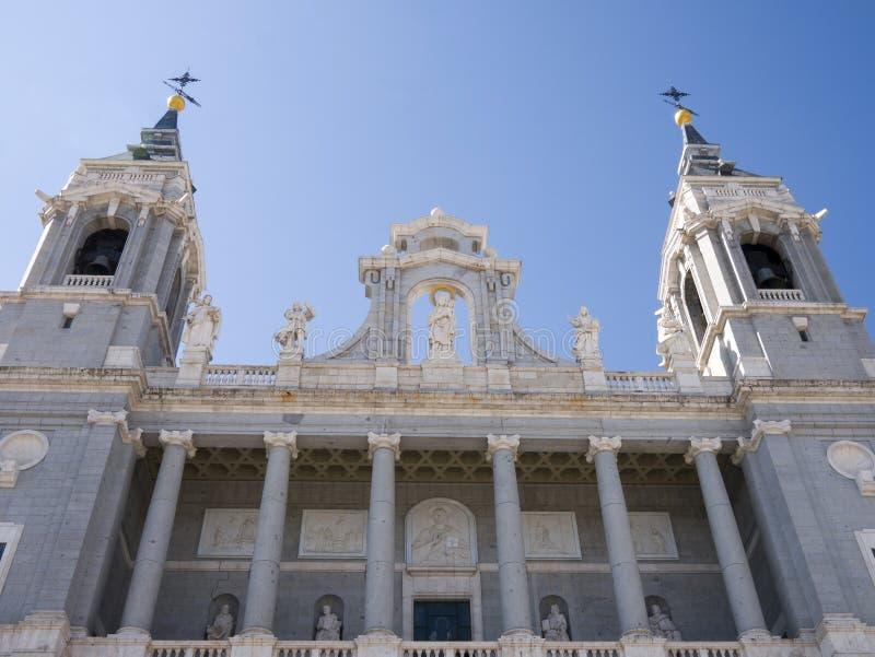 Punto di vista esteriore di Santa Maria la Real de La Almudena Cathedral a Madrid Spagna immagini stock libere da diritti