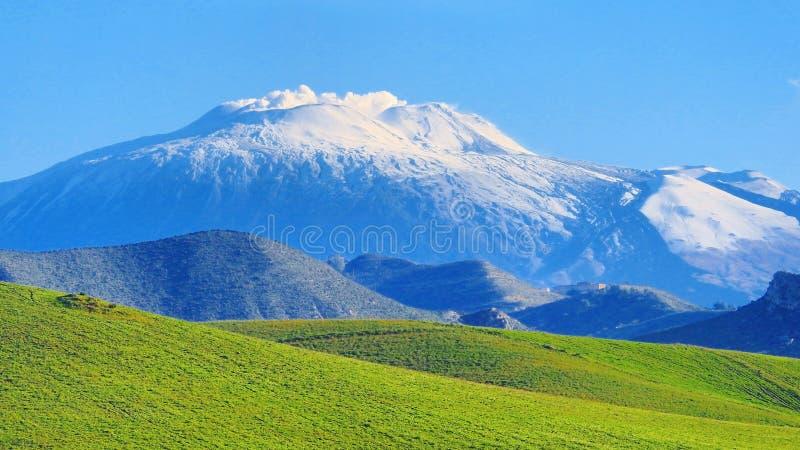 Punto di vista di Etna Volcano attraverso la valle verde fotografia stock