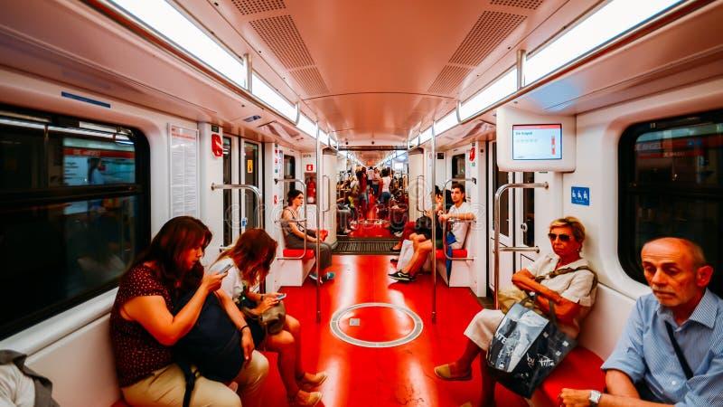 Punto di vista grandangolare dei passeggeri dentro un trasporto del treno della metropolitana nella linea del ` s m2 di Milano fotografia stock libera da diritti