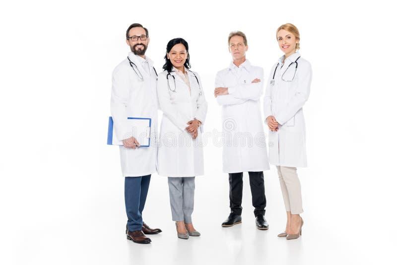 punto di vista integrale del maschio professionale e di medici femminili che sorridono alla macchina fotografica immagine stock libera da diritti
