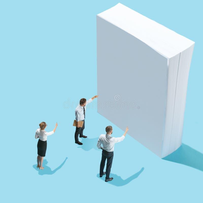 Punto di vista isometrico piano degli uomini d'affari e della donna che mostrano ai fogli bianchi di carta con lo spazio vuoto de fotografia stock libera da diritti
