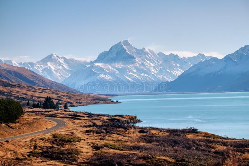 Punto di vista maestoso del cuoco con il pukaki del lago, Nuova Zelanda del supporto fotografie stock libere da diritti