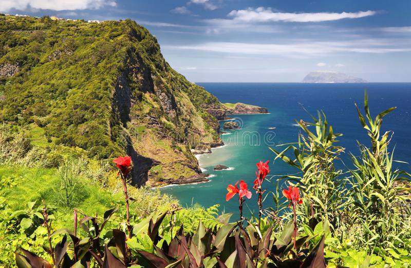 Punto di vista Miradouro Dos Caimbros alle isole delle Azzorre del Flores fotografie stock libere da diritti