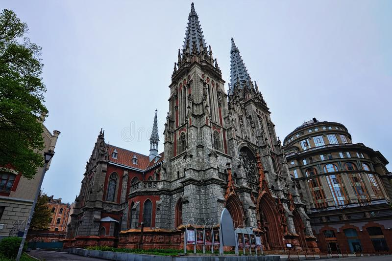 Punto di vista misterioso del san antico Nicholas Roman Catholic Cathedral House di musica di organo Primavera a Kiev, Ucraina immagini stock