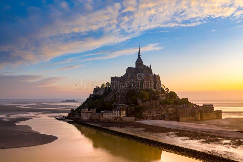 Punto di vista di Mont Saint-Michel alla luce di tramonto La Normandia, Francia immagini stock libere da diritti