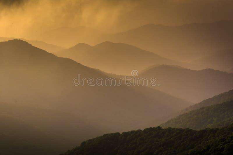 Punto di vista nebbioso di sera di Ridge Mountains blu visto dal blu immagini stock libere da diritti