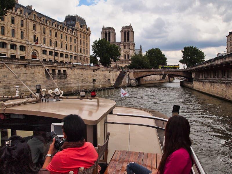 Punto di vista di Notre Dame Cathedral dalla barca della Senna, Parigi, Francia fotografia stock