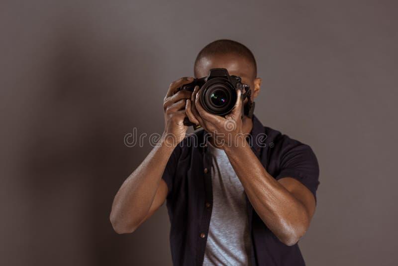 punto di vista oscurato del fotografo afroamericano che prende immagine fotografie stock