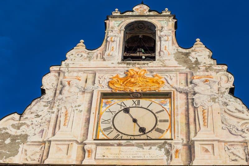Punto di vista di Palazzo San Giorgio, dettaglio con l'orologio nella vecchia città di Genova, Italia fotografia stock